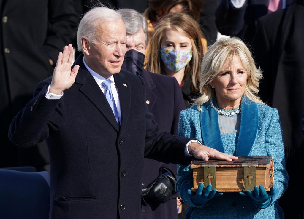 Khoảnh khắc ông Joe Biden tuyên thệ nhậm chức tổng thống  kinhtetrithuc.vn 3