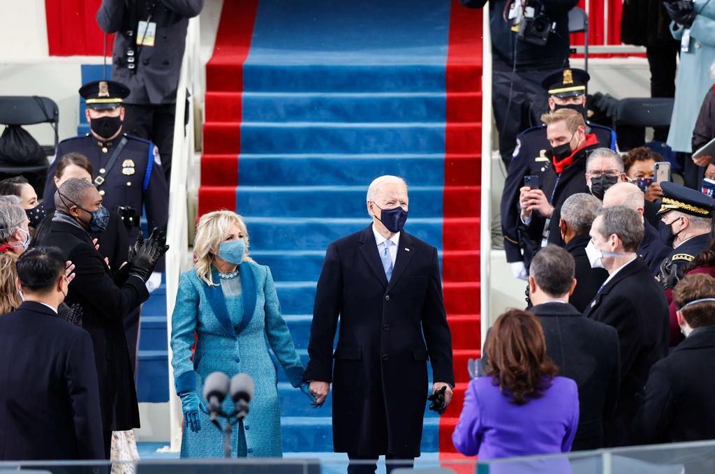 Khoảnh khắc ông Joe Biden tuyên thệ nhậm chức tổng thống kinhtetrithuc.vn