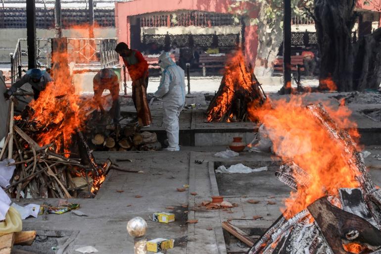 Thi thể người chết vì Covid-19 được hỏa táng ở New Delhi. Ảnh: AFP