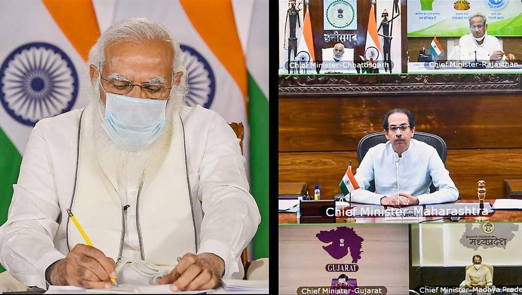 Thủ tướng Narendra Modi (trái) chủ trì cuộc họp bàn đối sách ứng phó dịch bệnh. Ảnh: NDTV.