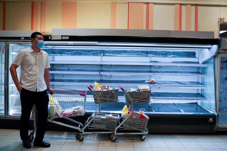 Giá thực phẩm tăng vọt vì dân Phnom Penh đổ xô tích trữ