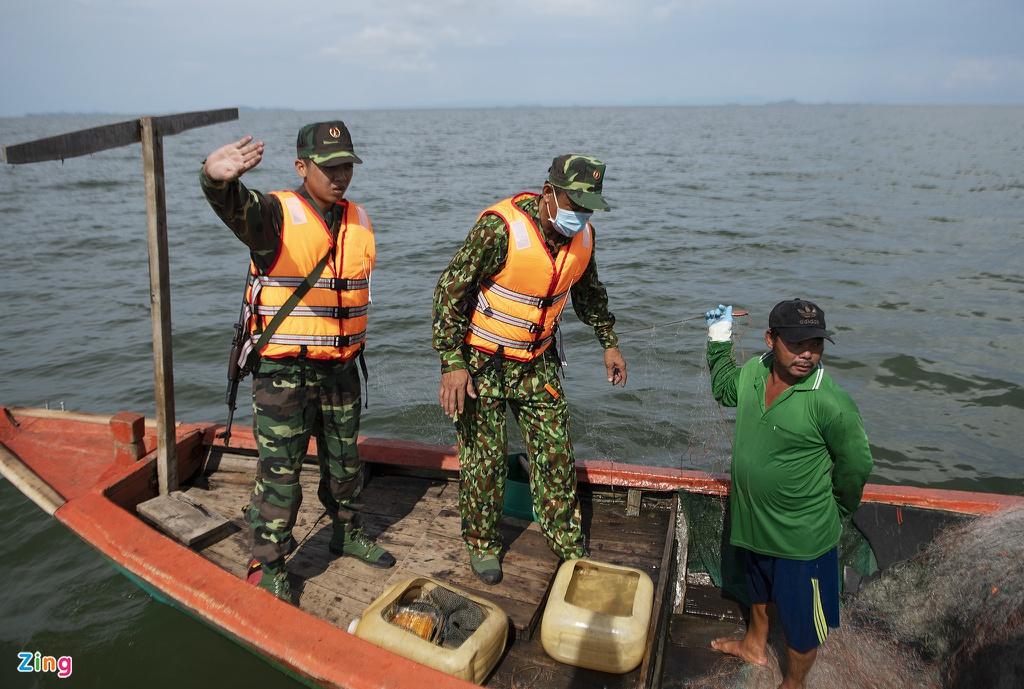 Lực lượng bộ đội biên phòng kiểm tra tàu cá của ngư dân trên vùng biển gần cửa khẩu Hà Tiên (Kiên Giang). Ảnh: Hoàng Giám.