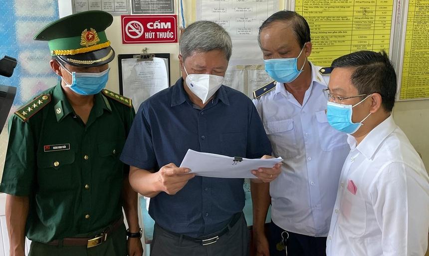 Đoàn công tác kiểm tra việc phòng chống dịch tại cửa khẩu Long Bình, tỉnh An Giang. Ảnh: Tuấn Dũng.