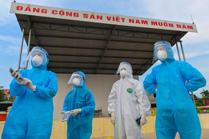Nhân viên y tế lấy mẫu xét nghiệm cho người dân tại huyện Đông Anh, Hà Nội. Ảnh: Việt Linh.