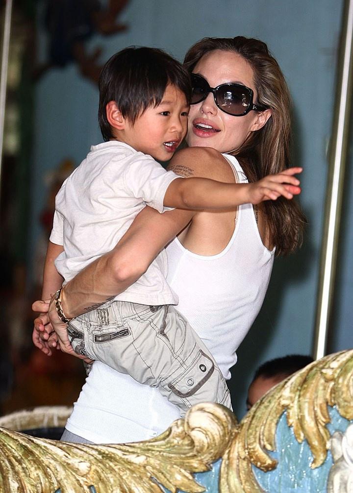 Pax Thiên đổi đời nhờ được Angelina Jolie nhận nuôi. Ảnh: AP.