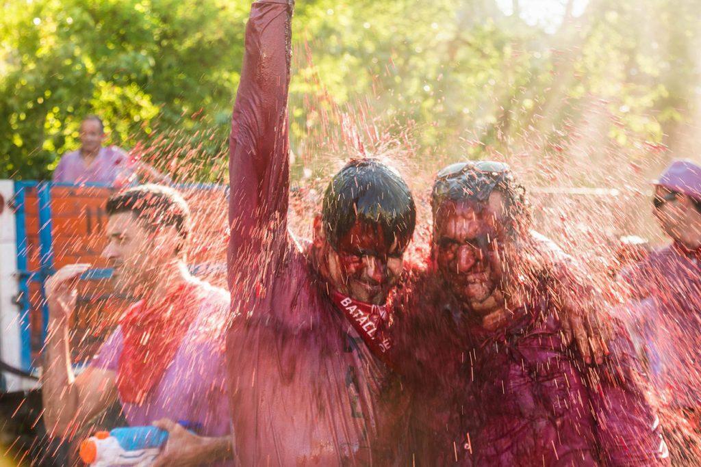 """Những người tham gia lễ hội Haro """"tắm"""" trong rượu vang. Ảnh: Shutterstock."""