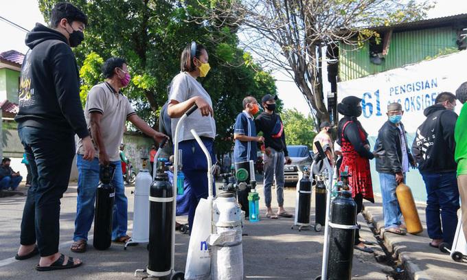 Cuộc săn lùng oxy y tế của người Indonesia - kinhtetrithuc.vn