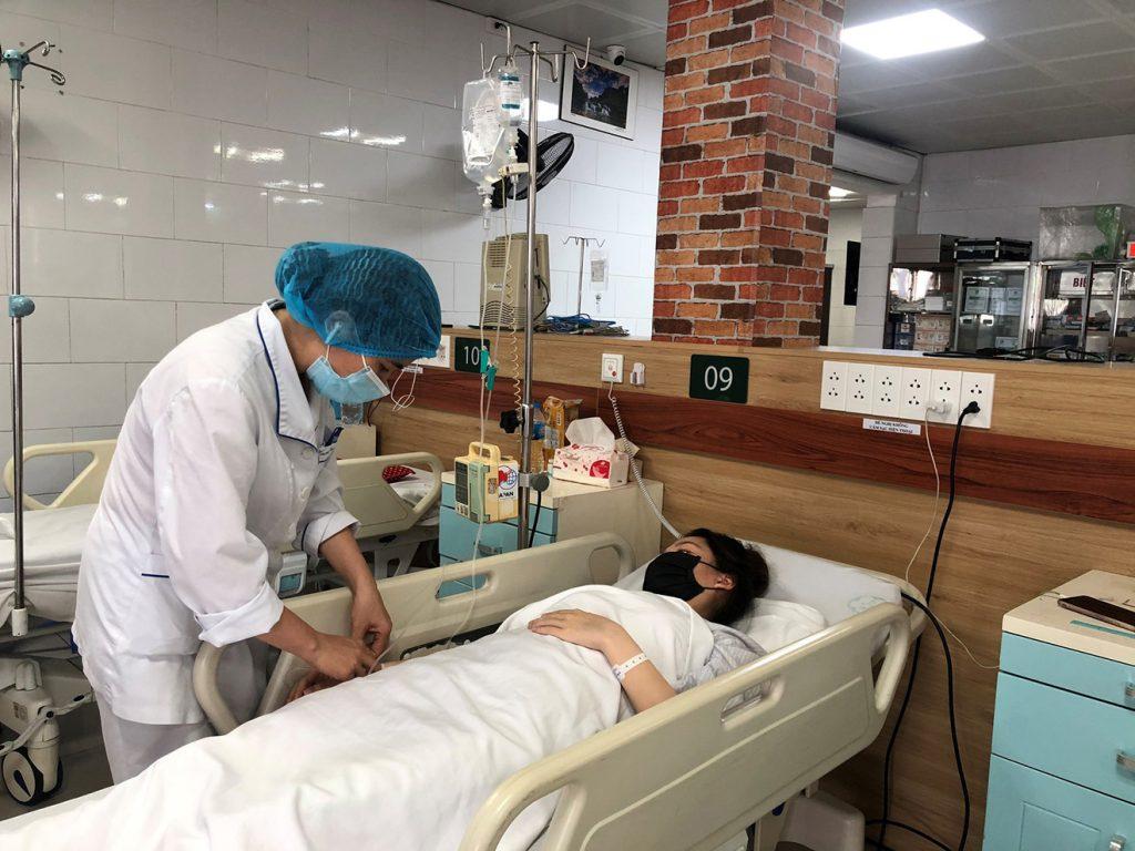 Nguy hại khi tự dùng thuốc hạ sốt chữa Covid-19 theo mạng xã hội - kinhtetrithuc.vn