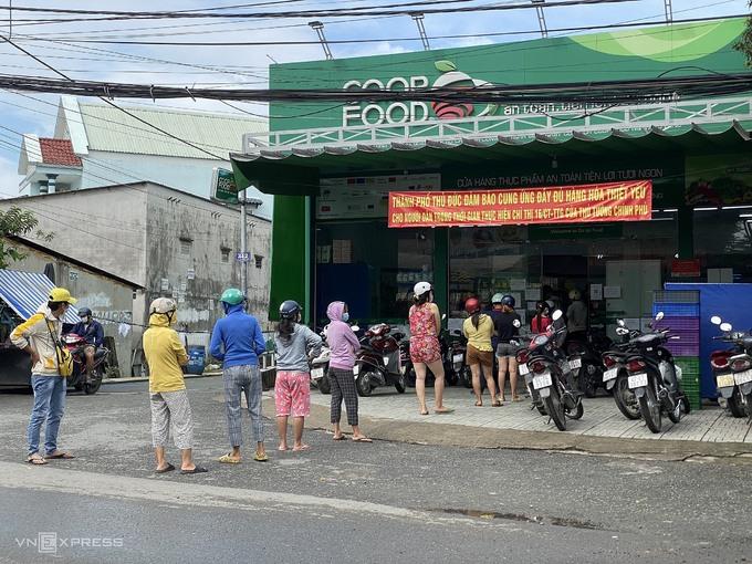 Siêu thị khuyến cáo đừng hoảng sợ khi thấy kệ hàng trống - kinhtetrithuc.vn
