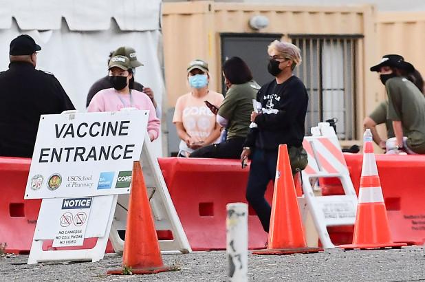 Một nghiên cứu mới phát hiện các vắc xin COVID-19 có thể dễ bị ảnh hưởng bởi chủng Epsilon của California - Ảnh: AFP/Getty Images