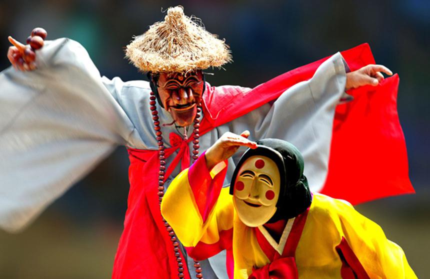 Những nghệ nhân đang biểu diễn vũ điệu mặt nạ Byeolsin Gut. Ảnh: OnedayKorea.